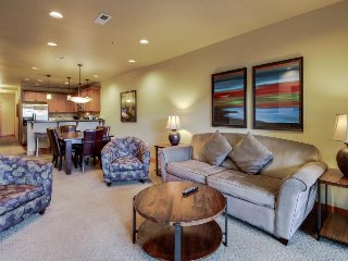 Lovely condo right in town with shared pool, hot tub, & game room!, Chelan
