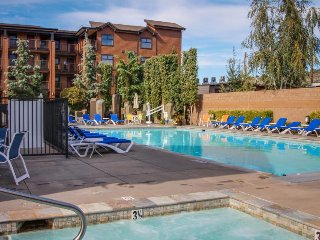 Cozy condo near downtown w/lake views, pool, hot tub, & splash pad!, Chelan