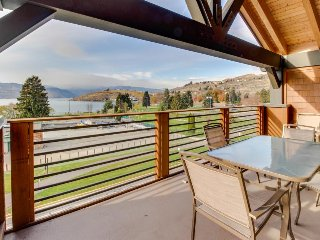 Modern condo with gorgeous lake views, shared hot tub & pool, near beach!, Chelan