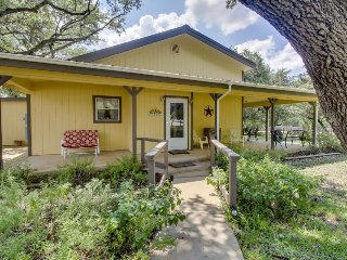 Dog-friendly home with a wrap-around porch, close to the river and town!, Wimberley