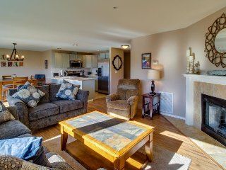 Upscale second-floor condo w/ community pool and hot tub!, Chelan