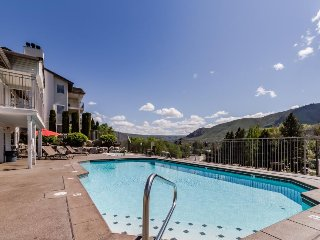 Cozy family-friendly condo w/pool & hot tub access, stunning lake views!
