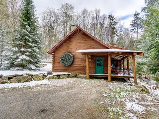 Trendy & rustic cabin on mountain, near skiing & golf course, Killington