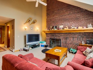 Ski-in/out getaway w/ community pool & hot tub - dogs welcome!, Killington
