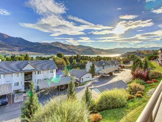 Sunny, classic condo with lake views, shared pool/hot tub!, Chelan