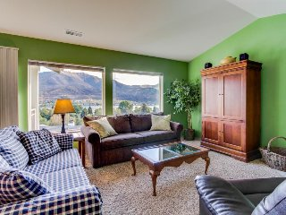 Lovely lakeview condo with shared pool, hot tub, great location near town, Chelan