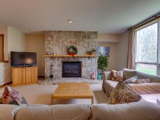 Cozy condo near the slopes w/shared hot tub, pool, fitness & more!, Dover