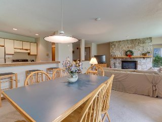 Cozy condo near the slopes w/shared hot tub, pool, fitness & more!