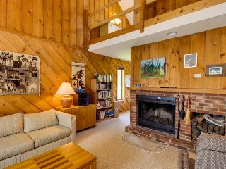 Cozy alpine home close to skiing! Offers great shared amenities, including pool!, Dover