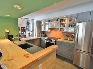 Modern townhome w/ soaking tub, shared pool & hot tub, shuttle to lifts!, Bondville