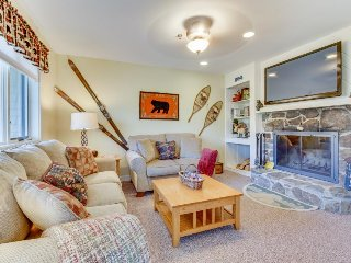 Top-floor condo w/ mountain views, one mile to skiing, Stratton Mountain