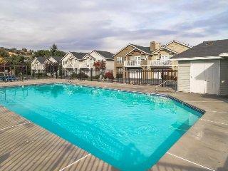 Mountain view townhome w/ deck & shared seasonal pool, walk to waterfront/town!, Manson