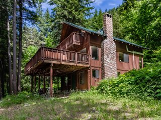 Secluded lodge w/private hot tub & views of Lake Wenatchee!