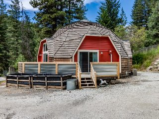 Quiet, charming, family-friendly geodesic home w/ private hot tub, fireplace