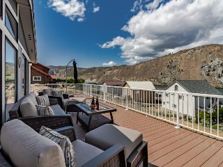 Dog-friendly with private hot tub, shared pool, & mountain views
