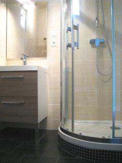 Sarlat holiday home - Upstairs Master King ensuite shower room