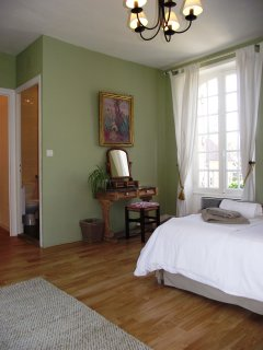 Sarlat holiday home - spacious ibright & airy King bedroom with dual aspect windows, ensuite shower
