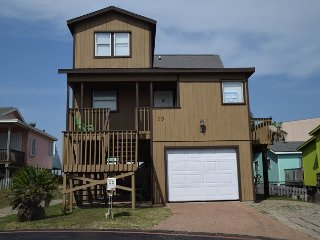 19LP - Fun Beach house-Boardwalk to the Beach with glimpse of Ocean, Sleeps 7, Port Aransas