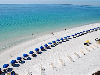 Steps away from the Beach!! Sleeps 6 - All New - Low rates - Free WiFi - 2 Pools, Miramar Beach