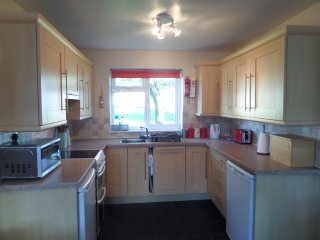 Kitchen area with frideg, freezer, oven and fully equipped.