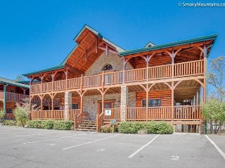 8BR Gatlinburg Lodge w/ Incredible Summer Special from $499!!! Sleeps 38.