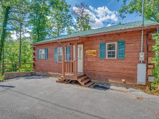 Romantic 1BR Cabin w/ Views & Private Hot Tub! Summer from $99!!!, Sevierville