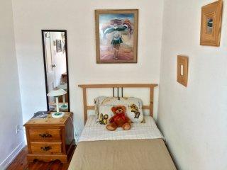Bright tiny room, 15-min downtown