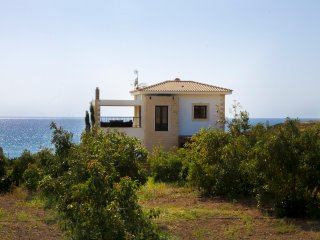 Villa Agnanti, 3 Bedroom Villa by the Sea. 50m walk to Beach