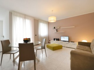 Modern 2bdr apt w/private parking, Arese