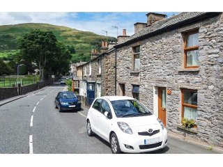 FELLS COTTAGE, centre of town, WiFi, woodburning cookstove, pet-friendly, in Sedbergh, Ref 936577