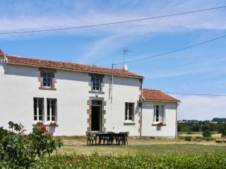 Comfortable house with swimming pool, Fontenay-le-Comte