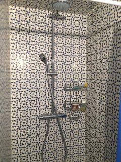 Douche spacieuse (90*90) avec faience 'azul'