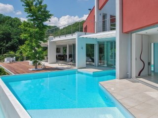 Luxury multi-activities house with WiFi, a furnished terrace and swimming pool