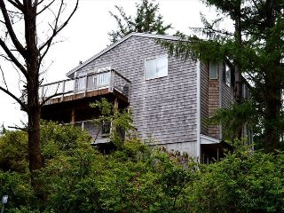 Cherry Circle ~ MCA# 1051~ Beautiful Oceanview home with a relaxing Sauna., Manzanita