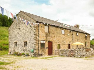 PEACOCK COTTAGE, barn conversion on working farm with original features, WiFi, off road parking in Sparrowpit, Ref 928158, Chapel-en-le-Frith