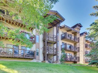 Stylish alpine condo w/ shared hot tubs & pool -  Elk Camp Gondola nearby!