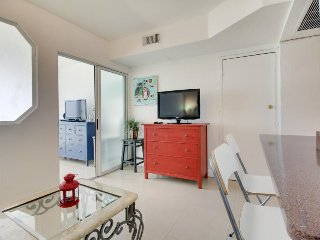 Modern beachfront condo w/ ocean view & resort amenities like a shared pool!, Miami Beach