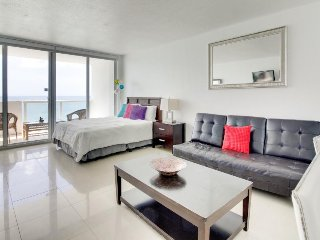 Oceanfront studio w/ spectacular view, pool, gym, tennis!, Miami Beach