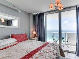Beachfront condo with ocean views, a resort pool, tennis & fitness center!, Miami Beach