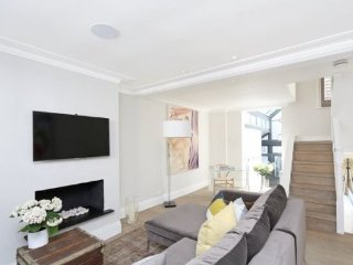 Spacious and Beautiful 2 Bed House with Patio, Londres