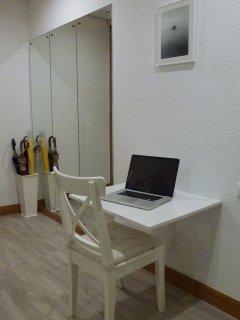 Mesa de estudio plegable en el salón