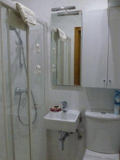 Baño con plato de ducha grande y accesible