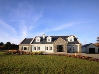 Ballinakill Lodge - 6 bed house huge accommodation & gardens, wheel chair accessible, County Galway