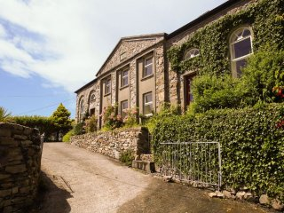 Old School House - 1-minute walk to Clifden town centre. Children are warmly