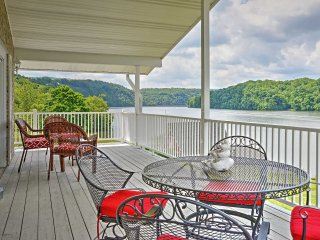 New Listing! 'Lake Vista Lakefront Retreat' Tranquil 4BR Claytor Lake House w/Wifi, 2 Fireplaces & Private Dock w/Boat Slip - Fantastic Claytor Lake Location! Minutes from Entertainment, Dining & Golf!, Hiwassee