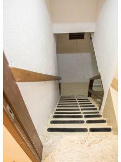 Estamos no Segundo andar. Escada com marcação antiderrapante.