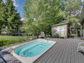 Bright home w/ shared pool, hot tub & more - close to ski & golf!