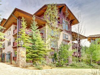 Mountainview condo w/ski-in/out access + Club Solitude access w/ pool & hot tub!