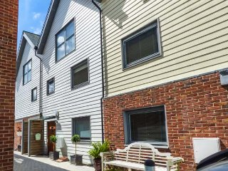 THE DECK HOUSE, river views, balconies, close to amenities, East Cowes, Ref 938266
