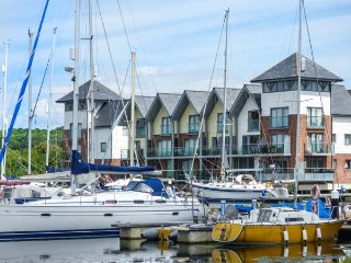 THE DECK HOUSE, river views, balconies, close to amenities, East Cowes, Ref 9382